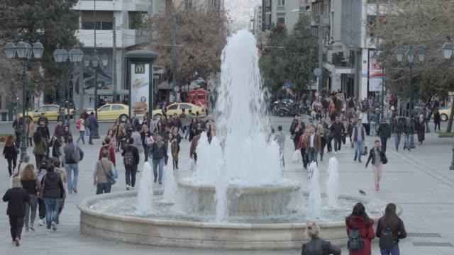 vídeos de stock, filmes e b-roll de timelapse - telefoto - material bruto de atenas 4k - as pessoas na praça syntagma, plaka, rua ermou, monastiraki - atenas grécia