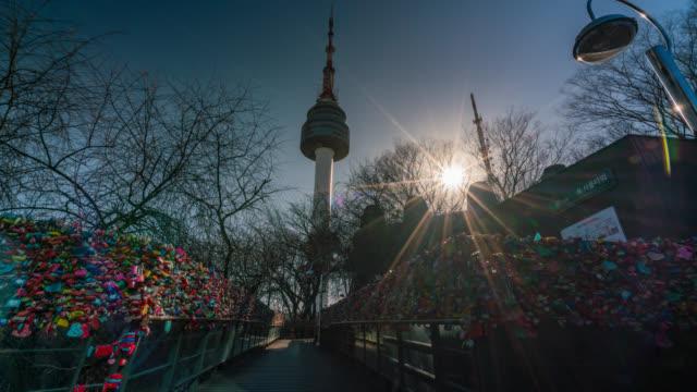 vídeos y material grabado en eventos de stock de timelapse de la pared de la clave de la ceremonia de amor con felicidad en torre n de seúl en la montaña namsan de seúl, corea del sur. - n seoul tower