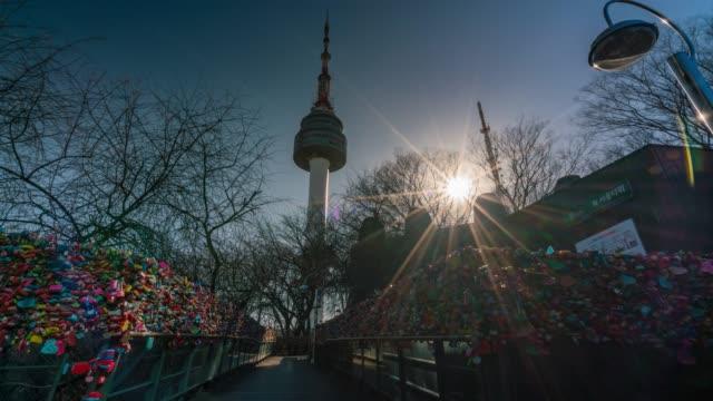 vídeos y material grabado en eventos de stock de timelapse la pared de la ceremonia de la llave del amor con felicidad en n seoul tower - n seoul tower