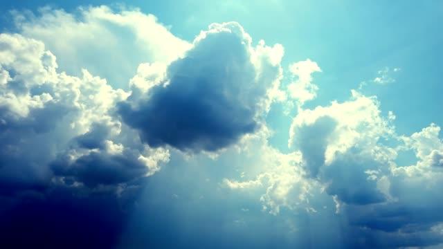 雷雨の前の空暗い空に集まって、雷雲が走っている - 層積雲点の映像素材/bロール