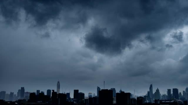 4 k timelapse: 도시 도시 스카이 라인에 뇌우. - 뇌우 스톡 비디오 및 b-롤 화면