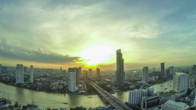 timelapse top view of bangkok city skyline at sunset - fiume chao phraya video stock e b–roll