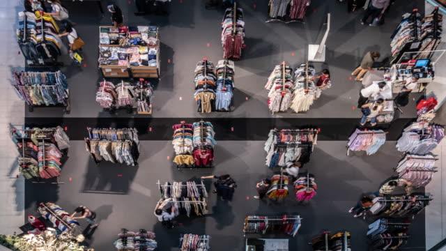 フロア上の社会的な距離マークを持つ新しい通常のショッピングモールのタイムラプストップビュー。 - 小売り点の映像素材/bロール