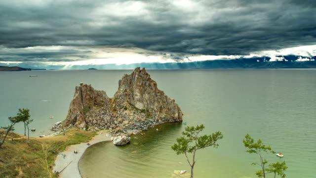 vídeos de stock e filmes b-roll de timelapse. top view of the baikal bay shamanka in overcast day - lago baikal