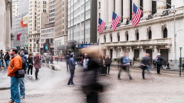 stockvideo's en b-roll-footage met time-lapse: tourist zakenman en werknemer voetgangers druk op wall street usa - dubbelopname businessman