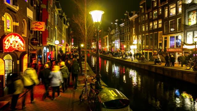 Zeitraffer: Touristische krähte Amsterdamer Rotlichtviertel Nacht, Niederlande – Video