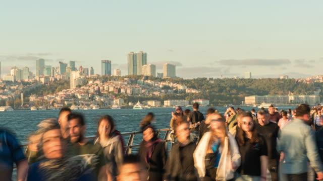 vídeos y material grabado en eventos de stock de timelapse tourist pedestrian lleno de gente caminando en vacaciones estambul ciudad en asia lado en turquía - distrito eminonu