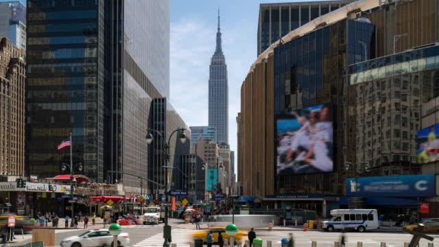stockvideo's en b-roll-footage met time-lapse: toeristische voetgangers menigte rond madison square garden pennsylvania station in new york usa - dubbelopname businessman