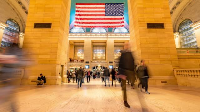 stockvideo's en b-roll-footage met time-lapse: toeristische voetgangers menigte in new york grand central trein-en metro station - dubbelopname businessman