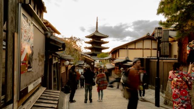 4 k timelapse - traditionell gata i gion, kyoto - walking home sunset street bildbanksvideor och videomaterial från bakom kulisserna