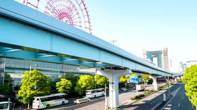time-lapse: traffic and sky train transportation in odaiba tokyo, japan - wagon kolejowy filmów i materiałów b-roll