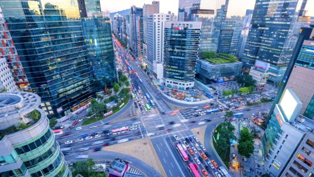 vídeos de stock, filmes e b-roll de timelapse de trânsito à noite em gangnam city seoul, coreia do sul - coreia