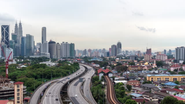 stockvideo's en b-roll-footage met time-lapse verkeer maleisië stad, pannen links video 4k. - maleisië