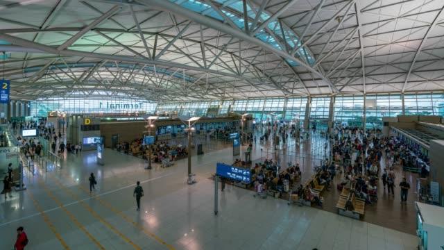 vídeos y material grabado en eventos de stock de timelapse de tráfico de personas en el aeropuerto internacional de incheon en la ciudad de incheon, cerca de seúl, en corea del sur - pasaporte y visa