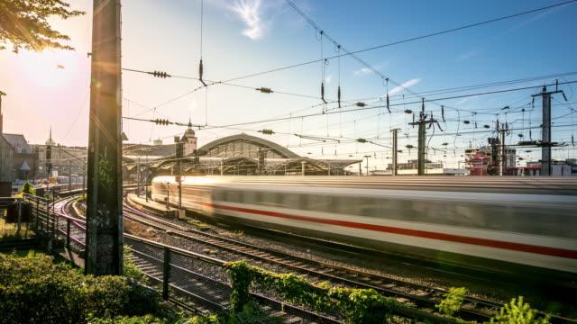 vídeos y material grabado en eventos de stock de 4 k time-lapse: tren llega a la estación central de ferrocarril de alemania hauptbahnhof - tren