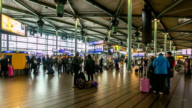 stockvideo's en b-roll-footage met hd time-lapse: reiziger airport station terminal schiphol amsterdam nederland - schiphol