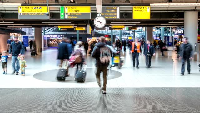 stockvideo's en b-roll-footage met hd time-lapse: reiziger bij luchthaven aankomst terminal schiphol amsterdam nederland - schiphol