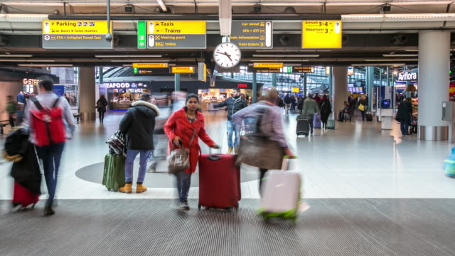 stockvideo's en b-roll-footage met time-lapse: reiziger bij luchthaven aankomst terminal schiphol amsterdam nederland - schiphol