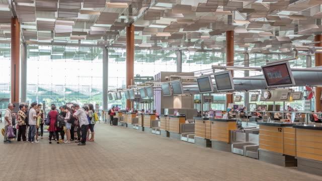 4 k time-lapse : viaggiatore al check in in aeroporto terminal partenza - sierra leone video stock e b–roll