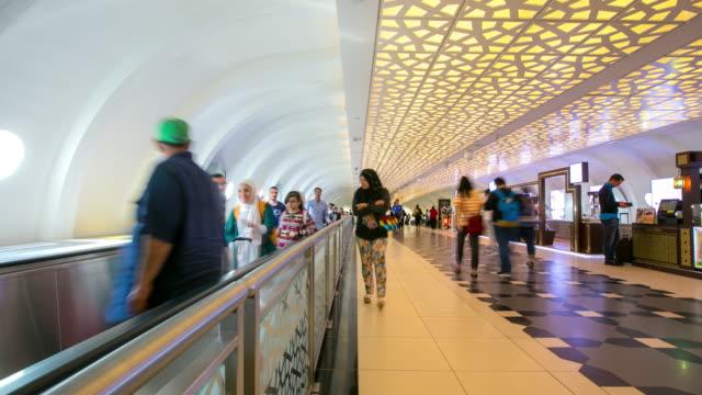 4 k hızlandırılmış: gezgin kalabalık abu dabi havalimanı gidiş salonu bekliyor - abu dhabi stok videoları ve detay görüntü çekimi