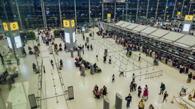 hızlandırılmış: gezgin kalabalık havaalanı'nda kontrol sayacı salonda - i̇stasyon stok videoları ve detay görüntü çekimi