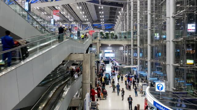 time-lapse: traveler crowd at airport departure boarding hall - табло вылетов и прилётов стоковые видео и кадры b-roll