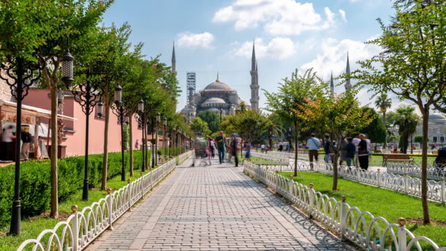 timelapse: traveler crowd at blue mosque sultan ahmet camii in old town square istanbul turkey - grand bazaar video stock e b–roll