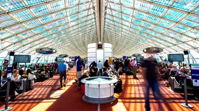 time lapse in hd: folla di viaggiatori all'aeroporto di parigi sala d'attesa - tranvia video stock e b–roll