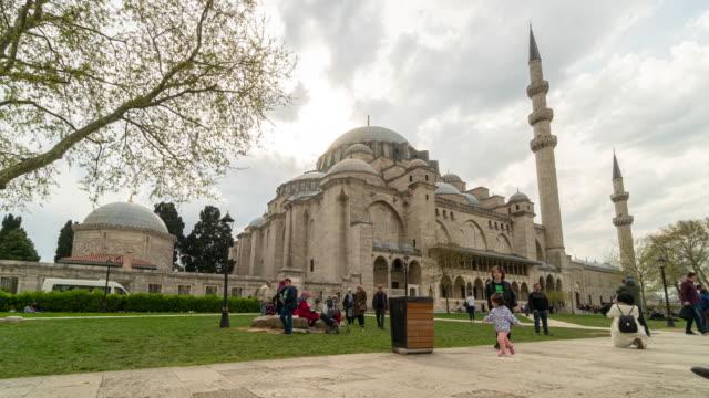 timelapse : traveler crowd at suleymaniye mosque in istanbul, turkey - grand bazaar video stock e b–roll