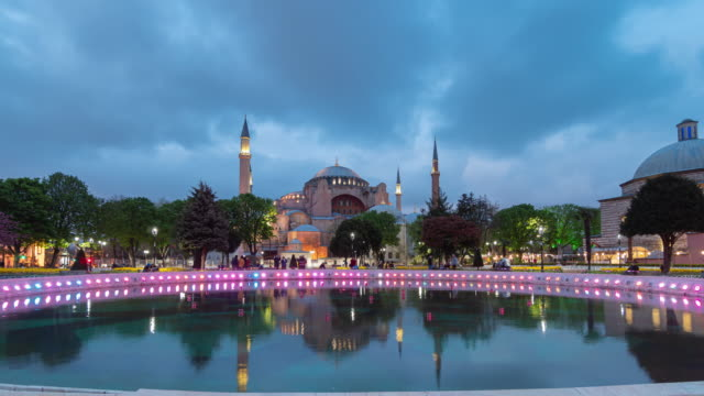 timelapse: traveler crowd at the hagia sophia mosque at night, istanbul, turkey - grand bazaar video stock e b–roll