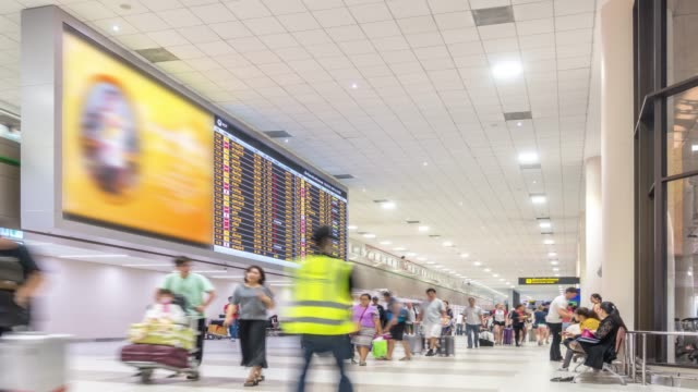 コマ: 旅行者は空港出発チェックイン ホールで混雑 - 廊下点の映像素材/bロール