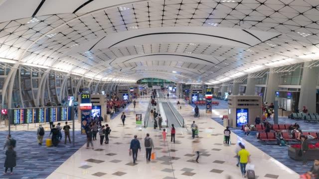 stockvideo's en b-roll-footage met time-lapse: reiziger toeristische menigte op airport vertrek gebied in hongkong - zakenreis