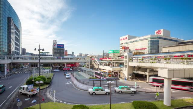 4 k time -lapse (低速度撮影):お客様は混雑するトヨタバスと鉄道駅名古屋 - トヨタ点の映像素材/bロール