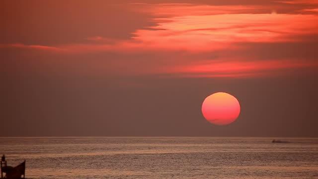 vidéos et rushes de timelapse coucher de soleil tropical beach - mer d'andaman