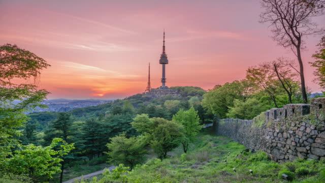 vídeos de stock, filmes e b-roll de torre de seoul do crepúsculo de timelapse na mola em coreia do sul - característica arquitetônica