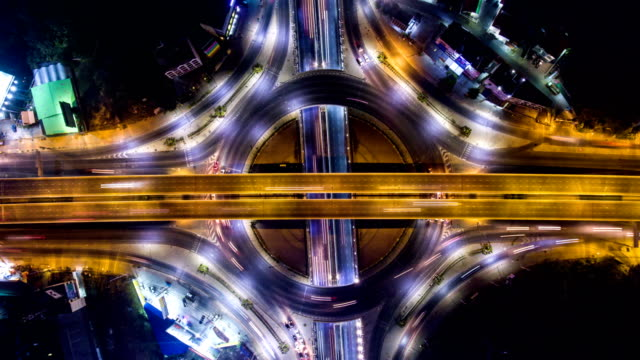 time-lapse video: amazing night traffic on circle, overhead shot - antena filmów i materiałów b-roll