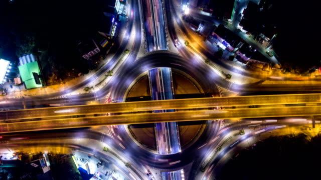 vidéos et rushes de vidéo time-lapse: incroyable trafic de nuit sur le cercle, frais généraux tourné - rond point