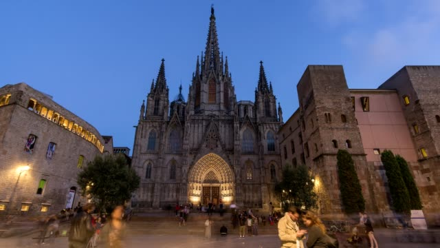 zeitraffer-video der kathedrale von barcelona bei nacht - amerikanische geldmünze stock-videos und b-roll-filmmaterial