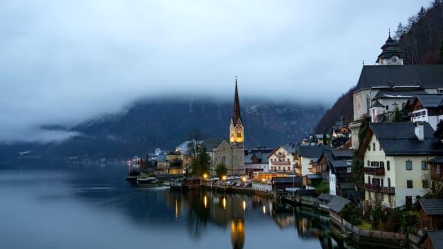 timelapse video av hallstatt i österrike på tidig morgon - videor med salzburg bildbanksvideor och videomaterial från bakom kulisserna