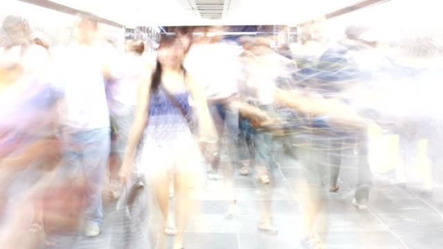 비디오 저속 촬영 장보기를 크라우드 in 터널 - 스톱 모션 스톡 비디오 및 b-롤 화면