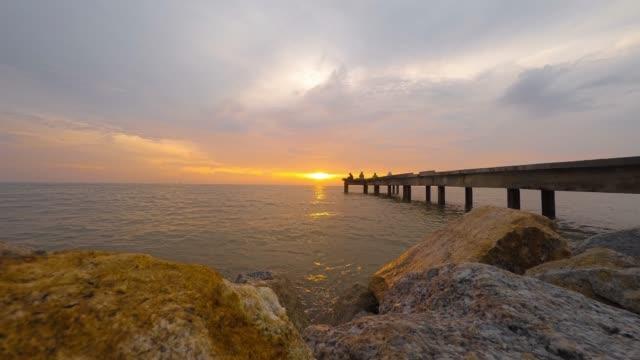 timelapse video av solnedgången på jeti nelayan selangor, malaysia - flod vatten brygga bildbanksvideor och videomaterial från bakom kulisserna