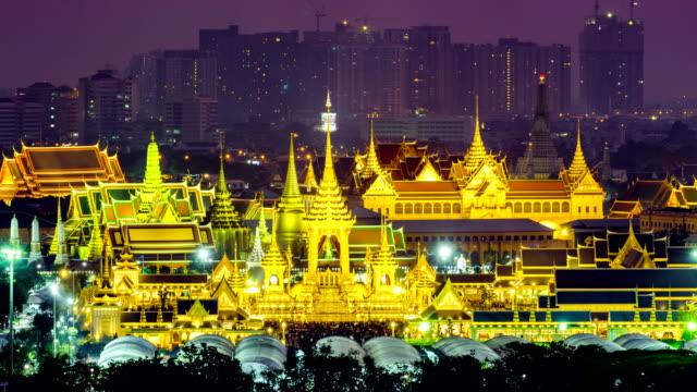 timelapse video av royal begravningselden av kung bhumibol adulyadejs på sanam luang bangkok, thailand - kungen av thailand bildbanksvideor och videomaterial från bakom kulisserna