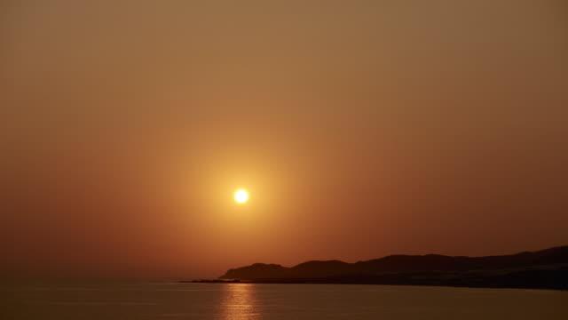 vidéos et rushes de timelapse vidéo du soleil couchant sur l'île méditerranéenne de crète en grèce - canicule