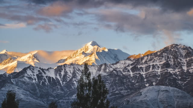 timelapse visa berg på leh ladakh, jammu och kashmir, indien - bergsrygg bildbanksvideor och videomaterial från bakom kulisserna