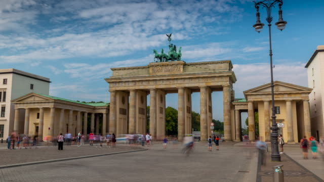 berlin, deutschland - mai 2019: zeitrafferansicht des berühmten historischen denkmals brandenburger tor bei tag - berlin brandenburger tor blurred stock-videos und b-roll-filmmaterial