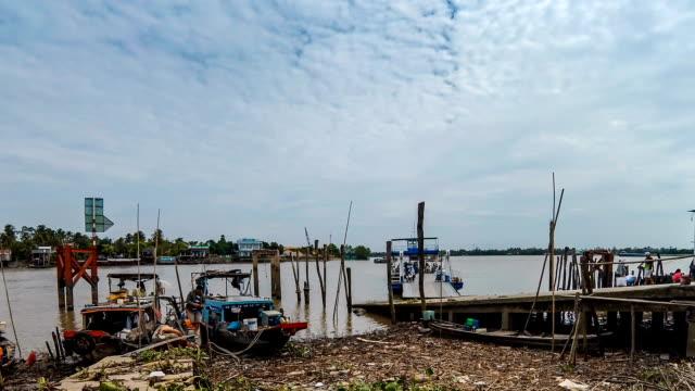 vídeos y material grabado en eventos de stock de vista de timelapse de muelle y barco local - sudeste