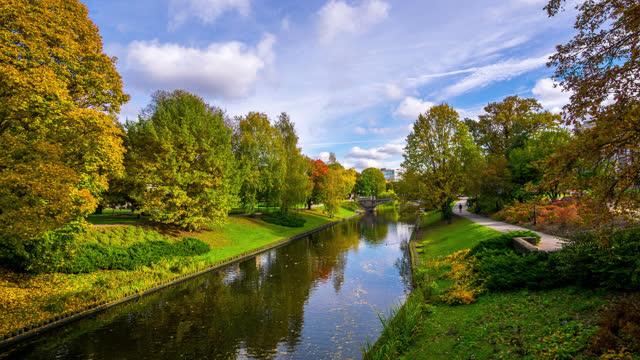 vídeos de stock e filmes b-roll de timelapse view of the riga city park latvia - letónia
