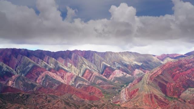 ünlü hornocal o cerro de 14 colores üzerinde timelapse görünümü - unesco stok videoları ve detay görüntü çekimi