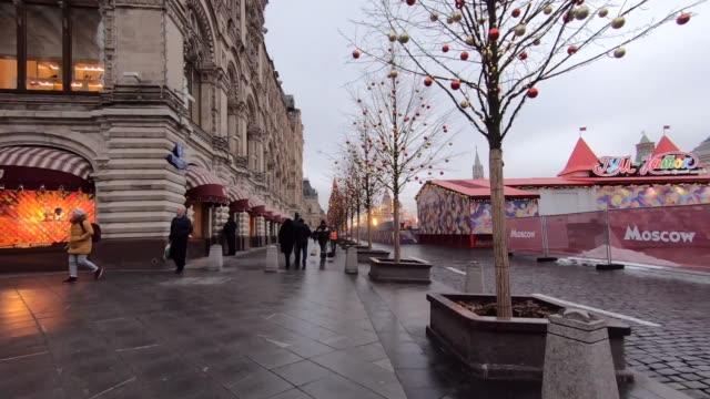 timelapse promenad genom röda torget i moskva dekorerad med jul och nyår dekorationer - röda torget bildbanksvideor och videomaterial från bakom kulisserna