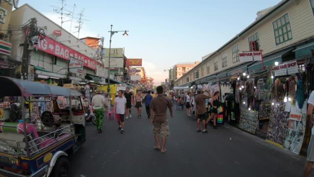 timelapse a piedi a khao sarn road in thailandia - sud est video stock e b–roll